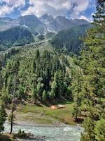 sindh rivier in sonmarg kashmir met bergen op de achtergrond foto