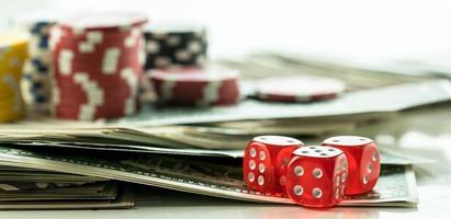 gokken pokerkaarten chips en dobbelstenen concept foto
