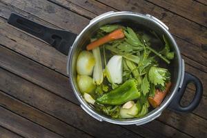 pan met groenten om een soep te koken foto
