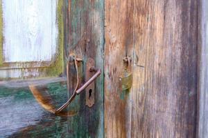 oude deur met een kapot slot foto