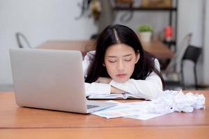 Aziatische vrouw met moe overwerkt en slaap foto