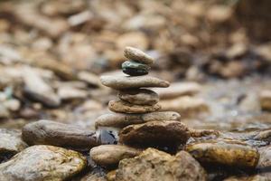 stenen piramide op kiezelstrand symboliseert stabiliteit foto