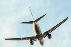 een commercieel vliegtuig dat opstijgt foto