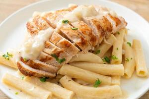 huisgemaakte quadrotto penne pasta witte romige saus met gegrilde kip foto