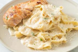 huisgemaakte fettucine pasta witte romige saus met gegrilde kip foto