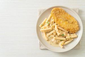huisgemaakte quadrotto penne pasta witte roomsaus met gebakken vis foto