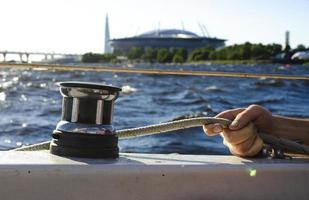 knappe man aan het werk op zeilboot. watersport. foto