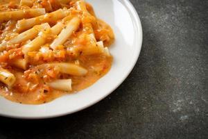 rigatoni penne pasta romige tomaat of roze saus foto