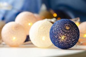 kerst lichtslinger. rieten ballen. achtergrond. foto