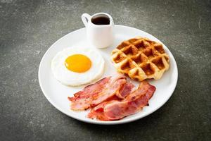 gebakken ei met spek en wafel als ontbijt foto