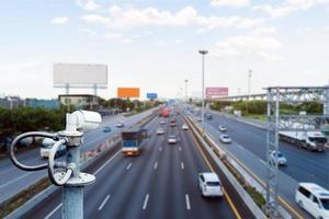 CCTV-camera's op het viaduct voor het opnemen van wegverkeer. foto