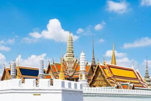 tempel van smaragdgroene boeddha en groots paleis in bangkok, thailand foto