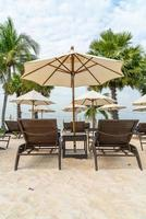lege strandstoel met palm op strand met zee achtergrond foto