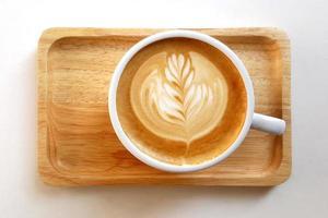bovenaanzicht van een mok latte art koffie foto