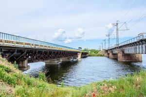 vernietiging van brugconstructies over de rivier foto