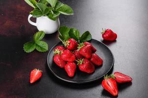 mooie sappige verse aardbeien op het betonnen oppervlak foto