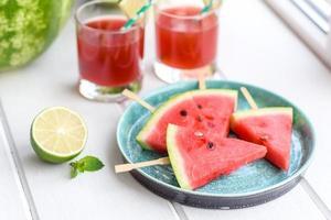 verse heerlijke watermeloen gesneden met munt en watermeloensap foto