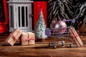 winkelwagentje met kerstcadeaus en kerstcadeautjes foto