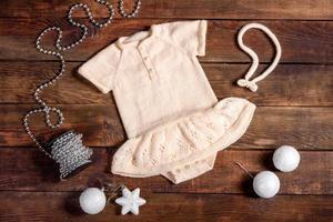 gebreide kinderkleding is wit van natuurlijke wol foto