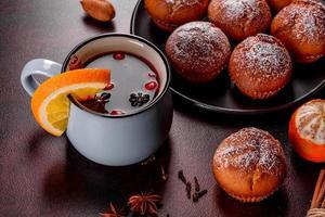 mooie heerlijke verse cacao muffins op de kersttafel foto