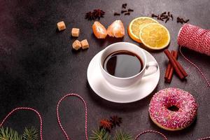 een kop sterke koffie op de kersttafel foto