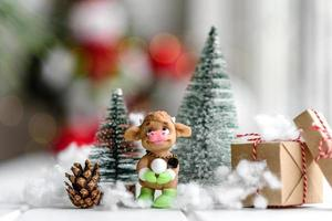 mooie veelkleurige kerstversiering op een licht houten tafel foto