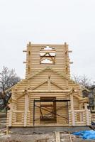 bouw van een christelijke kerk gemaakt van met hout behandelde stammen foto