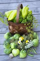 groenten in een mand op een houten achtergrond foto