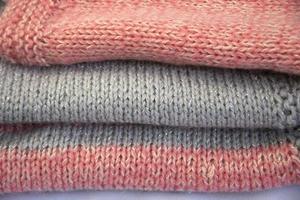 gekleurde truien zijn gestapeld foto