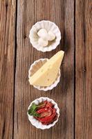 zongedroogde tomaten en twee soorten kaas foto
