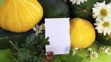 herfst stilleven van groenten met een leeg veld voor tekst foto