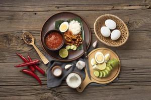 platliggend traditioneel nasi lemak maaltijdassortiment foto