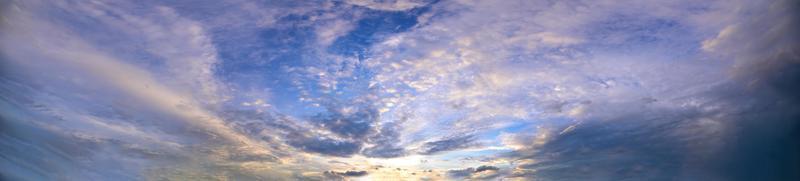 lucht en wolken in de avond foto