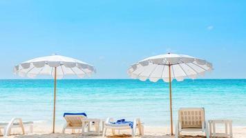 zomervakantie achtergrond met ligstoelen foto