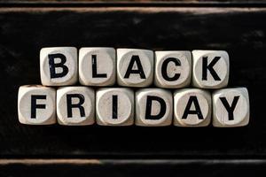 zwarte vrijdag concept met houten blok op houten tafel achtergrond foto