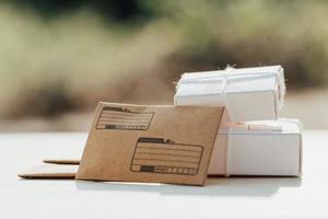 brieven en doos pakket. postkantoor concept. foto