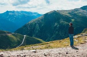 toeristische man die op de top van de berg staat foto