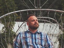 portret van een bebaarde hipster man met een modieus kapsel foto