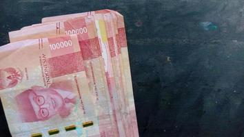 munteenheid van 100 duizend rupiah, de staatsvaluta van indonesië foto