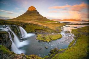 landschappen en watervallen. Kirkjufell-berg in IJsland foto