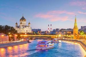 panoramisch uitzicht op de rivier de Moskou en het paleis van het Kremlin in Rusland foto