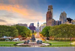 prachtige skyline van het centrum van Philadelphia bij zonsondergang foto