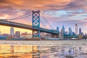 philadelphia skyline, ben franklin bridge en penn's landing foto