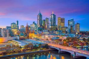 de skyline van de stad Melbourne bij schemering foto