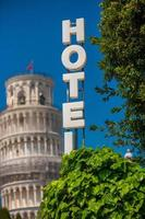 de scheve toren, pisa city downtown skyline stadsgezicht in italië foto