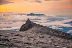 natuurlandschap op de top van de berg kinabalu in maleisië foto