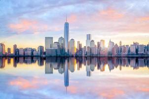 skyline van Manhattan met het One World Trade Center-gebouw in de schemering foto