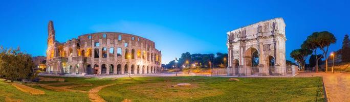 uitzicht op het colosseum in rome in de schemering foto