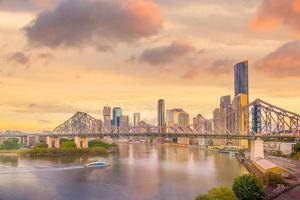 de skyline van Brisbane en de rivier van Brisbane bij schemering foto