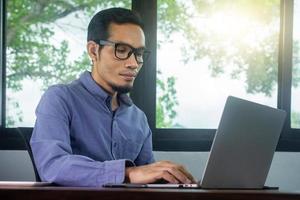 man met computer werk thuis foto